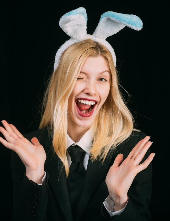 Γυναίκα Πάσχας Πορτρέτο μιας ευτυχούς γυναίκας στο κλείσιμο του ματιού αυτιών λαγουδάκι Κινηματογράφηση σε πρώτο πλάνο που κλείνε στοκ εικόνες