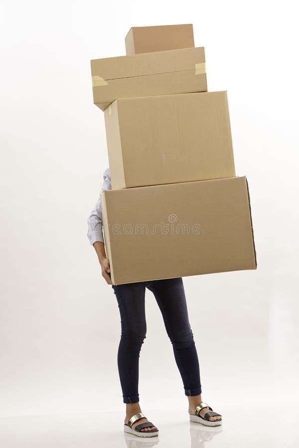 Γυναίκα πίσω από τα κιβώτια στοκ φωτογραφία