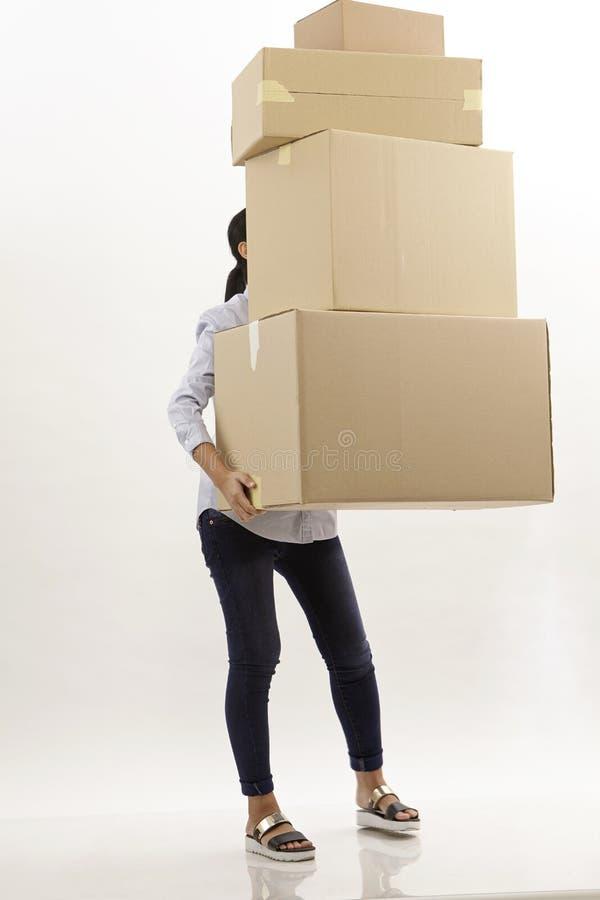 Γυναίκα πίσω από τα κιβώτια στοκ εικόνα με δικαίωμα ελεύθερης χρήσης