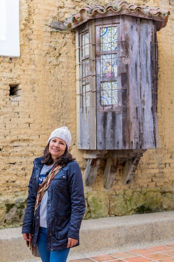 Γυναίκα παράλληλα με μια παλαιά εκκλησία στοκ εικόνα