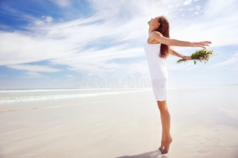 Γυναίκα παραλιών ξένοιαστη στοκ φωτογραφία με δικαίωμα ελεύθερης χρήσης