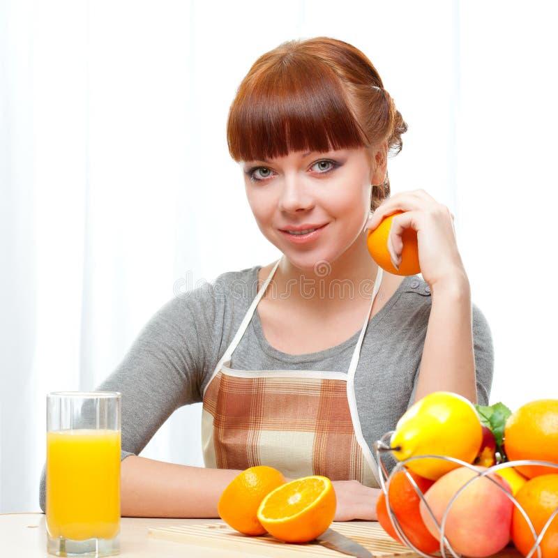 Γυναίκα πιπεροριζών στην κουζίνα στοκ φωτογραφία με δικαίωμα ελεύθερης χρήσης