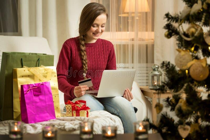 γυναίκα πιστωτικών lap-top καρτώ& στοκ εικόνες με δικαίωμα ελεύθερης χρήσης