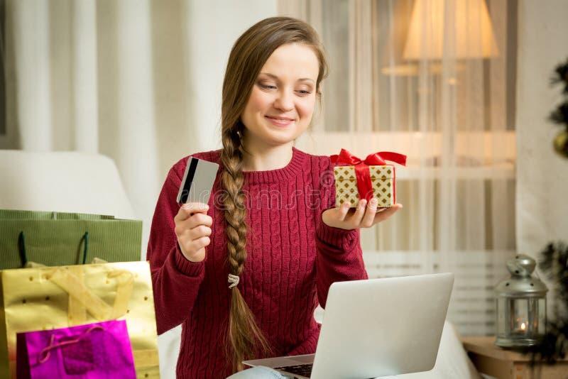 γυναίκα πιστωτικών lap-top καρτώ& στοκ φωτογραφίες