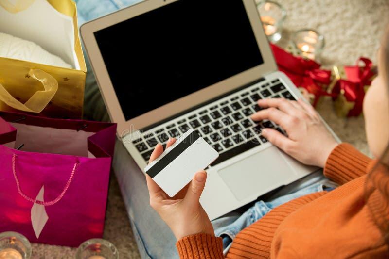 γυναίκα πιστωτικών lap-top καρτώ& στοκ εικόνα με δικαίωμα ελεύθερης χρήσης