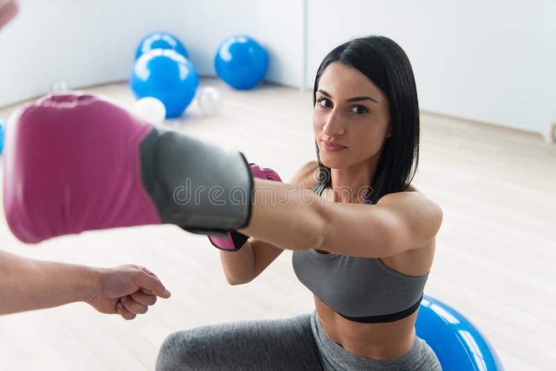 Γυναίκα Πολεμίστρια Με Προσωπικό Εκπαιδευτή Στο Γυμναστήριο στοκ εικόνες με δικαίωμα ελεύθερης χρήσης