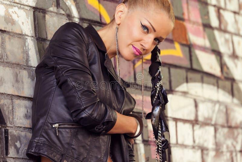 Γυναίκα πορτρέτου κινηματογραφήσεων σε πρώτο πλάνο στο ύφος βράχου glam στοκ φωτογραφία με δικαίωμα ελεύθερης χρήσης