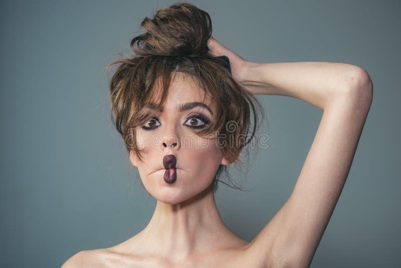 γυναίκα πορτρέτου μόδας Καλλυντικά Makeup και skincare γυναίκα με τη μόδα makeup και τη μακροχρόνια σγουρή τρίχα διαμορφώστε το κ στοκ φωτογραφία