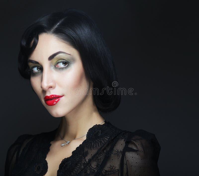γυναίκα πορτρέτου μόδας Κορίτσι ομορφιάς με τη μαύρη τρίχα στοκ εικόνα με δικαίωμα ελεύθερης χρήσης