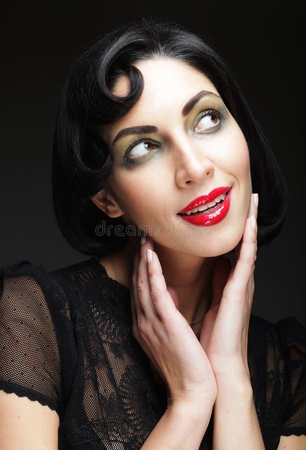 γυναίκα πορτρέτου μόδας Κορίτσι ομορφιάς με τη μαύρη τρίχα στοκ φωτογραφία με δικαίωμα ελεύθερης χρήσης