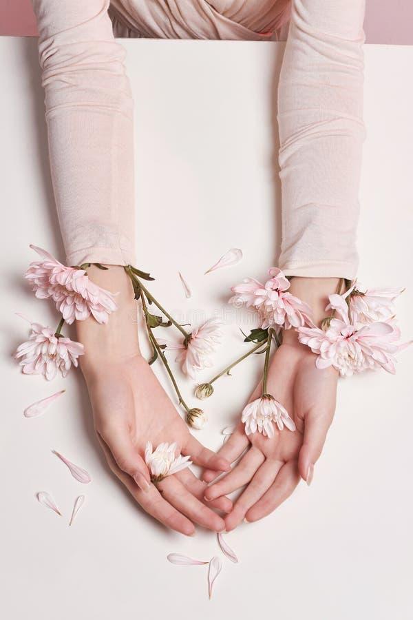 Γυναίκα πορτρέτου τέχνης μόδας στο θερινό φόρεμα και λουλούδια στο χέρι της με μια φωτεινή αντιπαράθεση makeup Δημιουργικά κορίτσ στοκ εικόνα