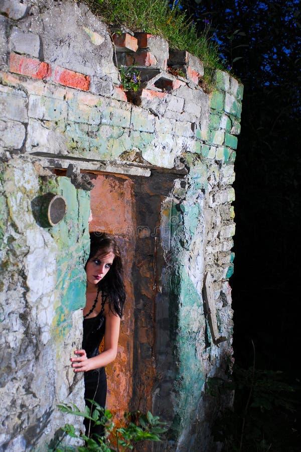 γυναίκα πορτών goth στοκ φωτογραφία