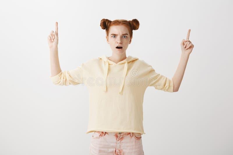 Γυναίκα ποτέ έτσι κάτι παρόμοιο Πορτρέτο του ελκυστικού λεπτού redhead σαγονιού μείωσης γυναικών σπουδαστών από τον κλονισμό και στοκ φωτογραφία