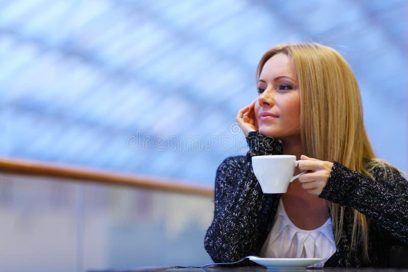 γυναίκα ποτών καφέ στοκ φωτογραφία