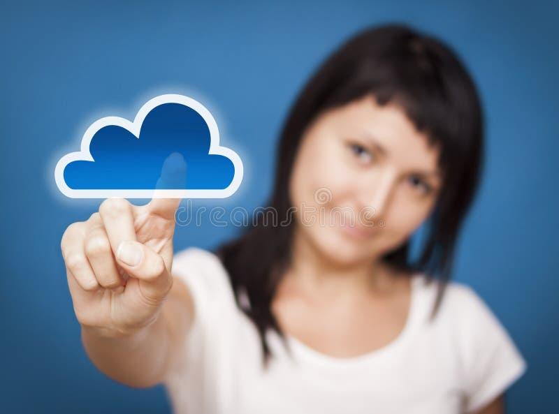 Γυναίκα που έχει πρόσβαση στο σύστημα υπολογισμού σύννεφων. στοκ φωτογραφία με δικαίωμα ελεύθερης χρήσης