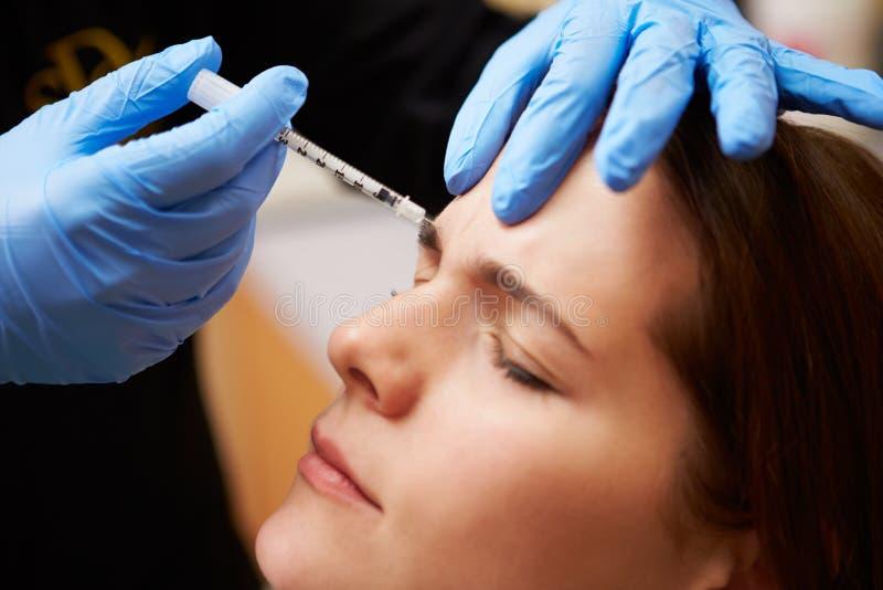 Γυναίκα που έχει την επεξεργασία Botox στην κλινική ομορφιάς στοκ εικόνα