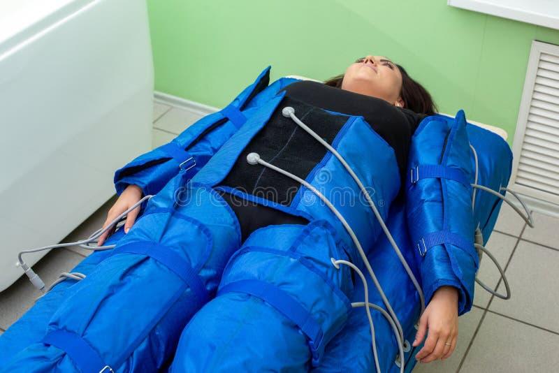 Γυναίκα που έχει τη διαδικασία του αντι μασάζ cellulite στη pressotherapy μηχανή στοκ φωτογραφία με δικαίωμα ελεύθερης χρήσης