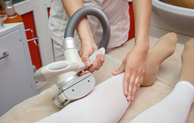 Γυναίκα που έχει τη διαδικασία του αντι μασάζ LPG cellulite, cosmetology κλινική στοκ φωτογραφία με δικαίωμα ελεύθερης χρήσης