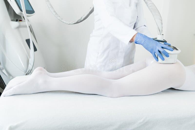 Γυναίκα που έχει τη διαδικασία του lipomassage στοκ εικόνες