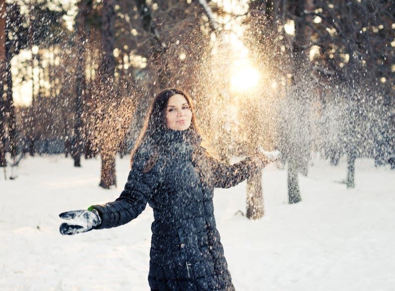 γυναίκα που έχει τη διασκέδαση στο χιόνι στοκ εικόνες με δικαίωμα ελεύθερης χρήσης
