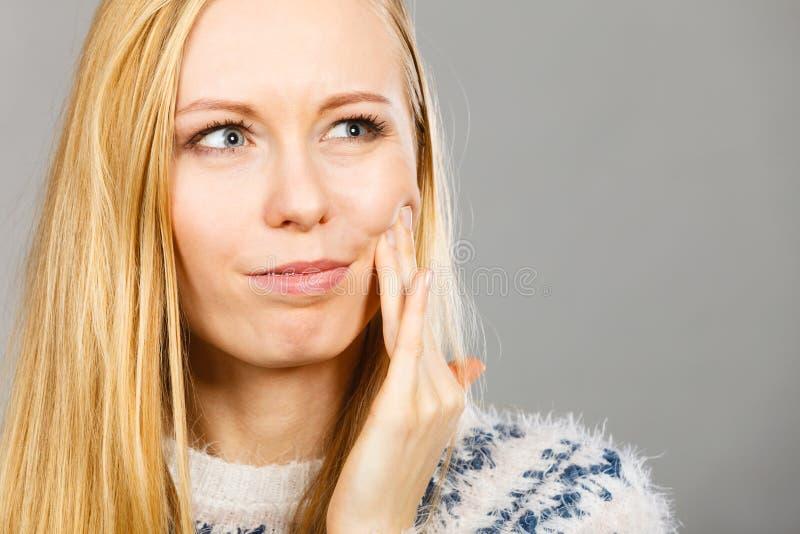 Γυναίκα που έχει τον πονόδοντο σχετικά με το μάγουλό της στοκ φωτογραφία με δικαίωμα ελεύθερης χρήσης