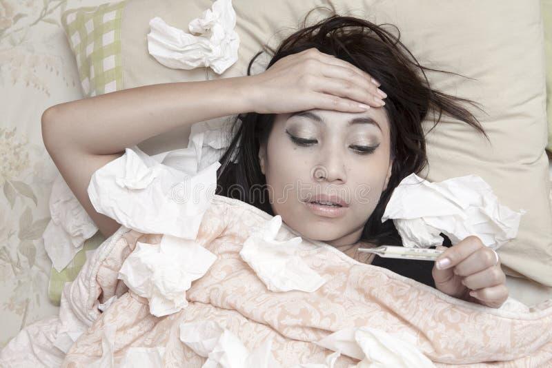 Γυναίκα που έχει τον υψηλό πυρετό στοκ φωτογραφία με δικαίωμα ελεύθερης χρήσης