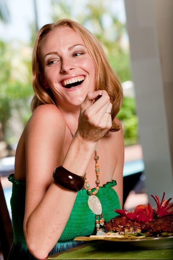 Γυναίκα που έχει το μεσημεριανό γεύμα στοκ φωτογραφία με δικαίωμα ελεύθερης χρήσης