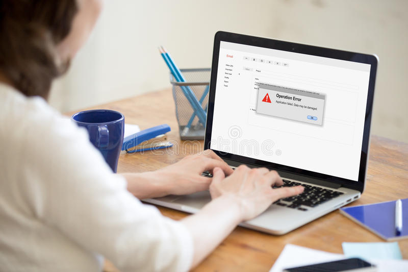 Γυναίκα που έχει το πρόβλημα με τον υπολογιστή, εφαρμογή αποτυχημένη, operatio στοκ εικόνες με δικαίωμα ελεύθερης χρήσης