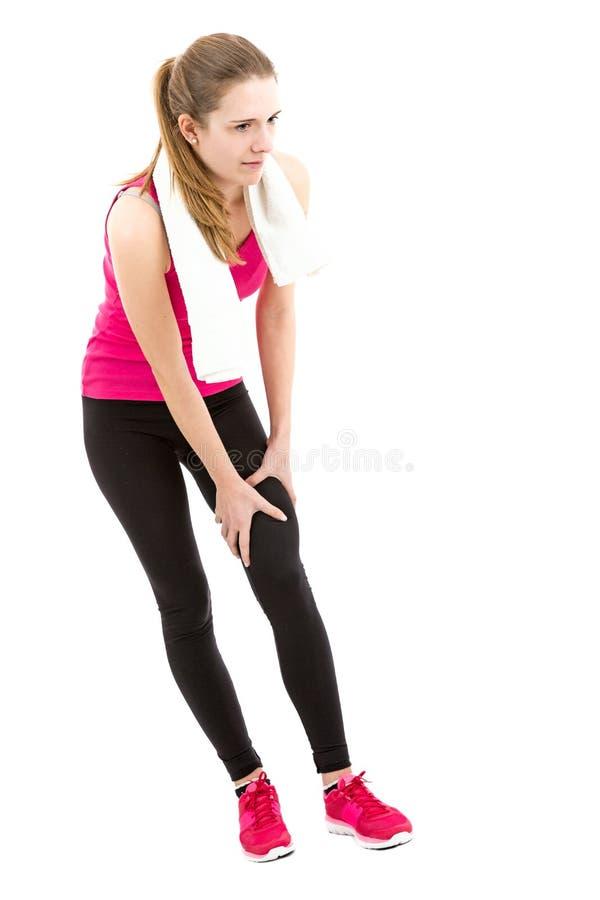 Γυναίκα που έχει το τραυματισμό γονάτου κατά τη διάρκεια του αθλητισμού στοκ εικόνες