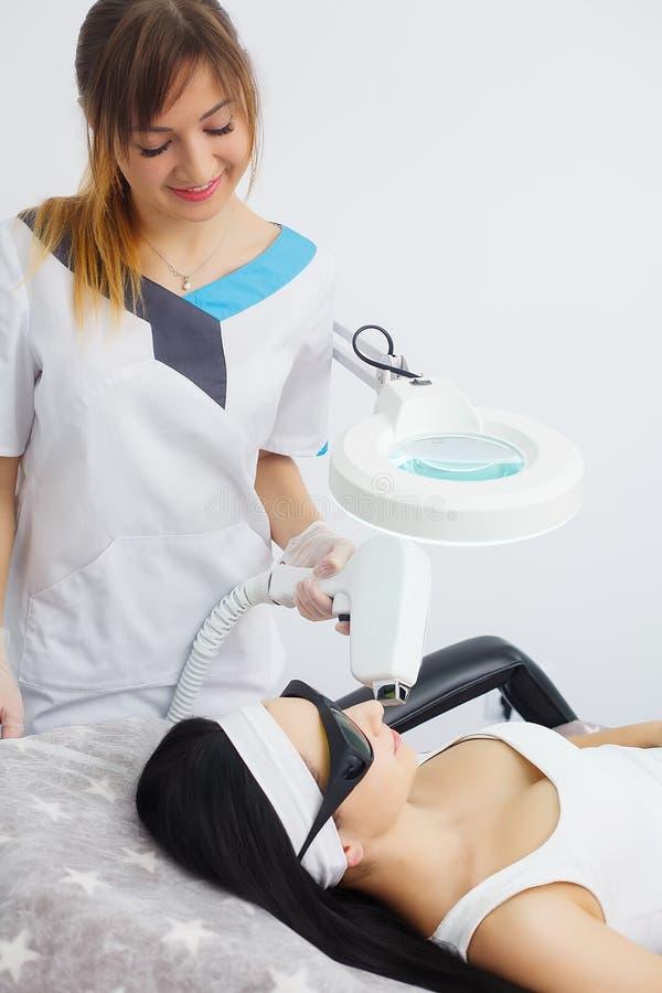 Γυναίκα που έχει το epilation αφαίρεσης τρίχας λέιζερ ποδιών στο καλλυντικό σαλόνι στοκ εικόνα με δικαίωμα ελεύθερης χρήσης
