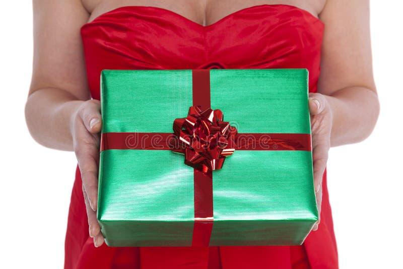 Γυναίκα που δίνει ένα δώρο. στοκ φωτογραφίες με δικαίωμα ελεύθερης χρήσης