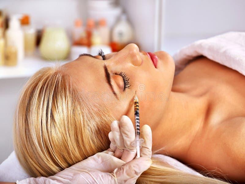 Γυναίκα που δίνει botox τις εγχύσεις στοκ φωτογραφία