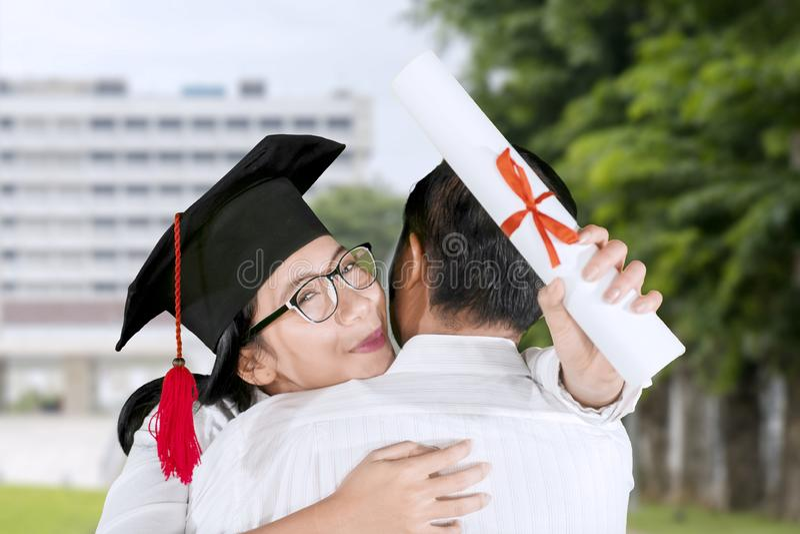 Γυναίκα που αγκαλιάζει το φίλο του κατά τη διάρκεια του πτυχιούχου στοκ φωτογραφίες με δικαίωμα ελεύθερης χρήσης