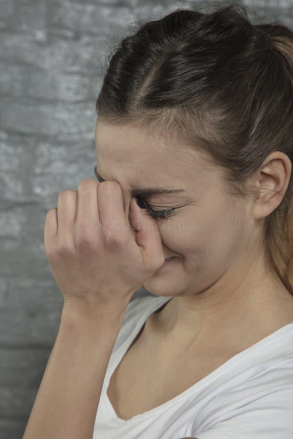 Γυναίκα που αγωνίζεται με τον πόνο μύτης, πλάγια όψη στοκ εικόνα με δικαίωμα ελεύθερης χρήσης