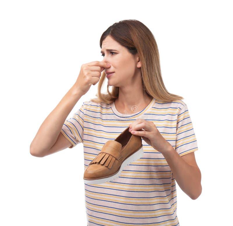 Γυναίκα που αισθάνεται την κακή μυρωδιά από το παπούτσι στοκ εικόνες με δικαίωμα ελεύθερης χρήσης