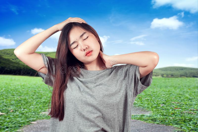 Γυναίκα που αισθάνεται τον πόνο λαιμών, που τρίβει τους ανήσυχους μυς, τους πόνους και τους πόνους στοκ φωτογραφίες