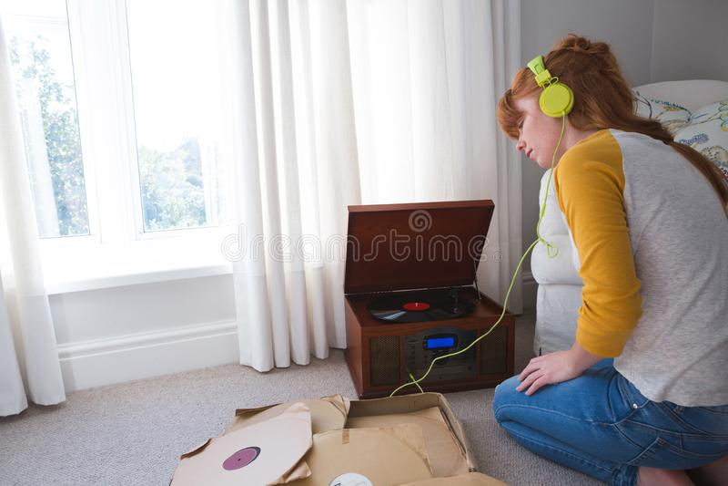 Γυναίκα που ακούει τη μουσική gramophone στοκ φωτογραφία