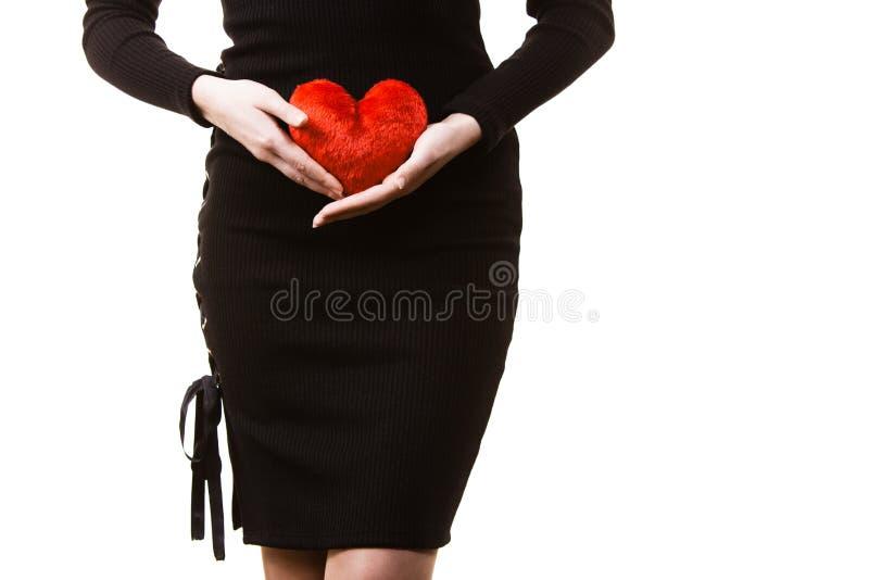 Γυναίκα που αναμένει το μωρό με το μαξιλάρι καρδιών στοκ εικόνες με δικαίωμα ελεύθερης χρήσης