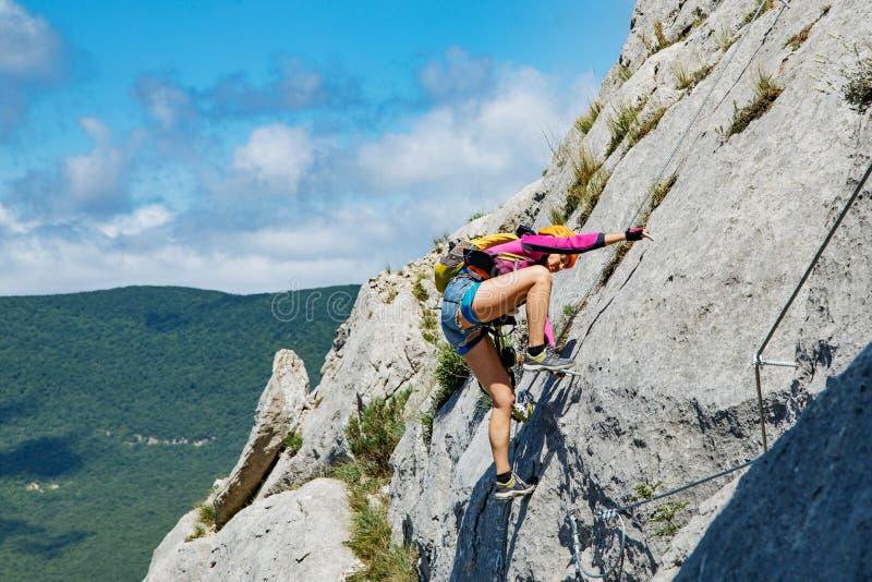 Γυναίκα που αναρριχείται στο βουνό στοκ φωτογραφία με δικαίωμα ελεύθερης χρήσης