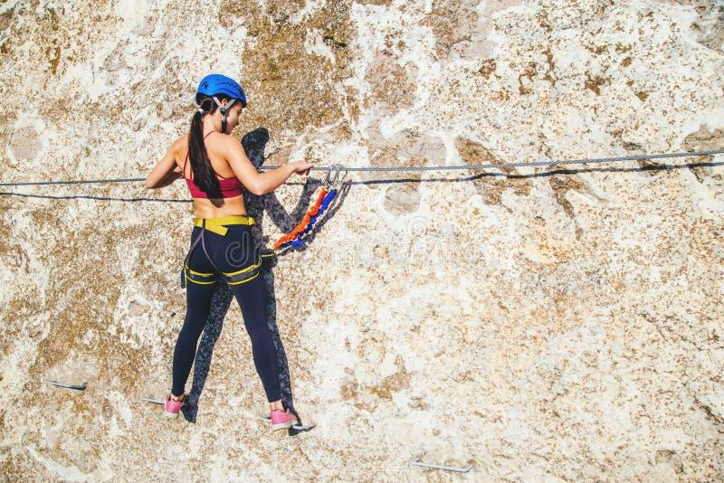Γυναίκα που αναρριχείται στο βουνό στοκ εικόνα με δικαίωμα ελεύθερης χρήσης
