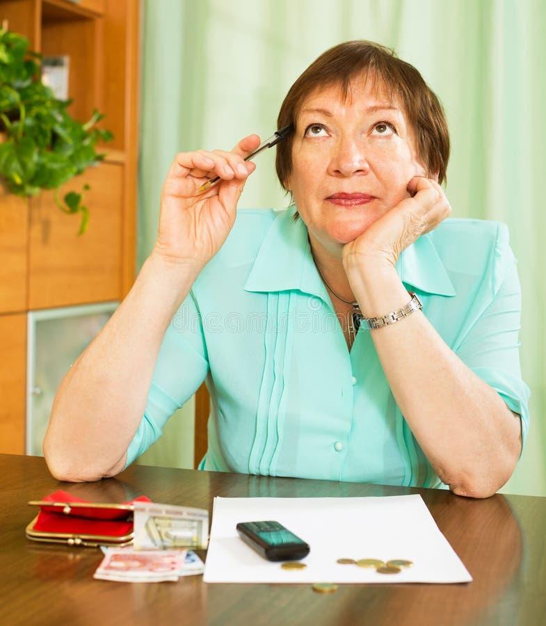 Γυναίκα που ανησυχεί για την κατάσταση χρημάτων τους στοκ φωτογραφίες με δικαίωμα ελεύθερης χρήσης