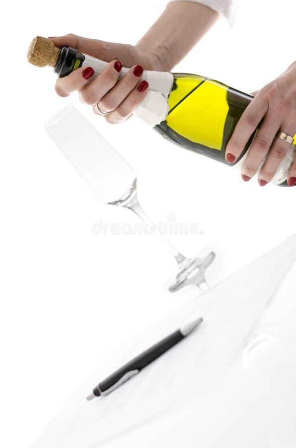 Γυναίκα που ανοίγει ένα μπουκάλι της σαμπάνιας στοκ φωτογραφία