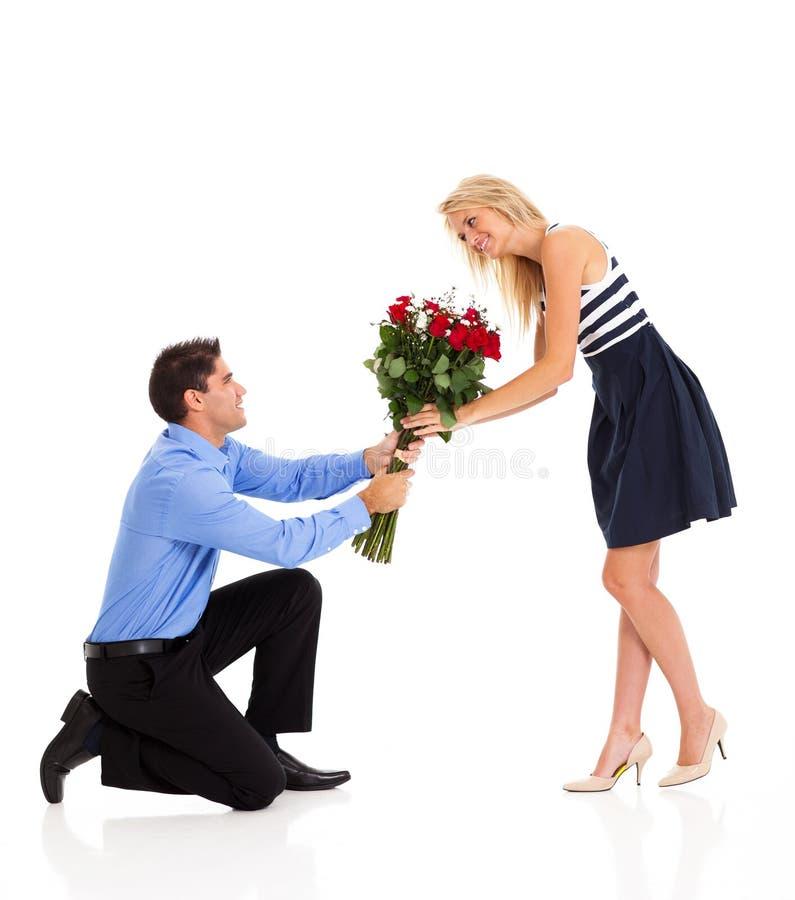 Γυναίκα που αποδέχεται τα τριαντάφυλλα στοκ φωτογραφίες