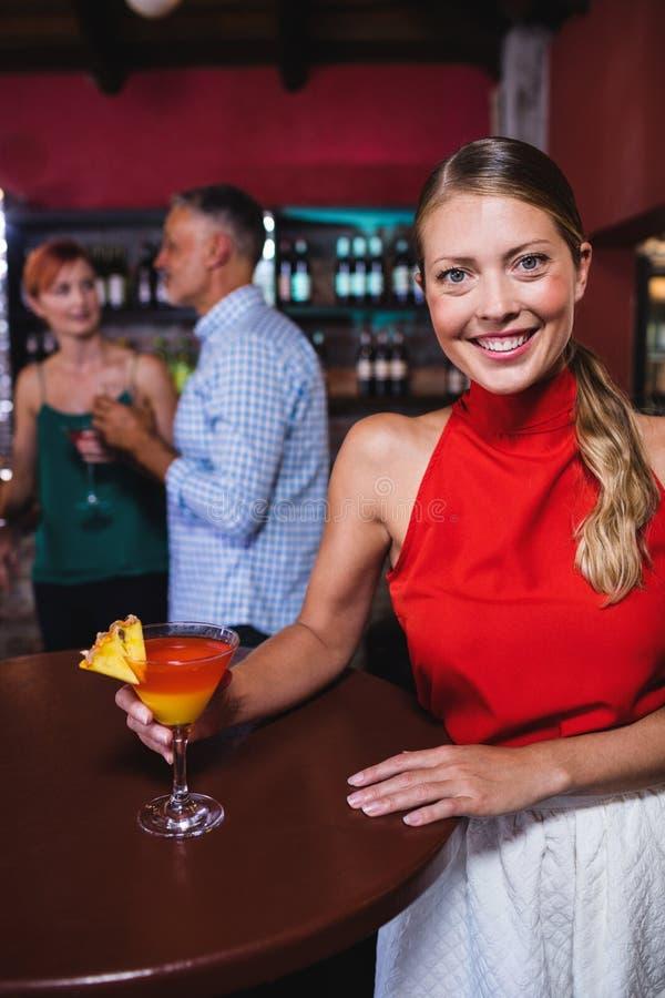 Γυναίκα που απολαμβάνει το κοκτέιλ στη λέσχη νύχτας στοκ φωτογραφία με δικαίωμα ελεύθερης χρήσης