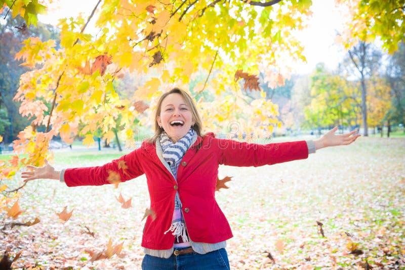 Γυναίκα που απολαμβάνει το φθινόπωρο στοκ εικόνες