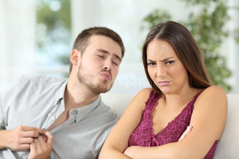 γυναίκα που απορρίπτει μια προσφορά φύλων από το φίλοή της στοκ φωτογραφίες