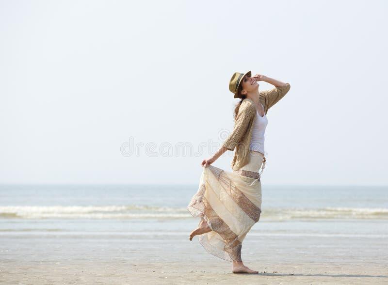 Γυναίκα που απολαμβάνει μια ημέρα στην παραλία στοκ φωτογραφίες με δικαίωμα ελεύθερης χρήσης