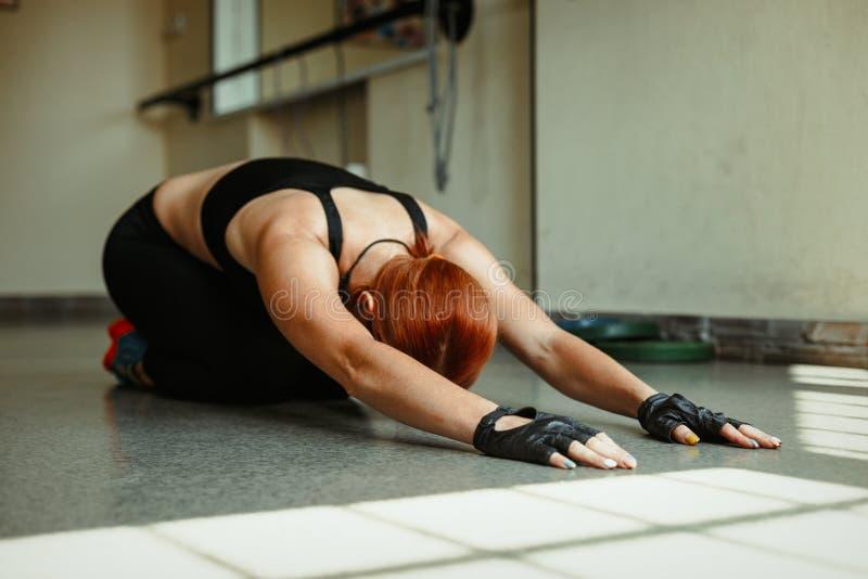 Γυναίκα που ασκεί στη γυμναστική στοκ φωτογραφία με δικαίωμα ελεύθερης χρήσης
