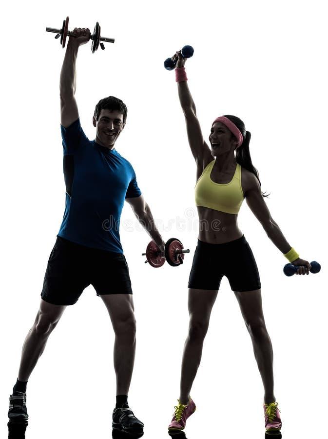 Γυναίκα που ασκεί την ικανότητα workout με το λεωφορείο ανδρών στοκ φωτογραφία