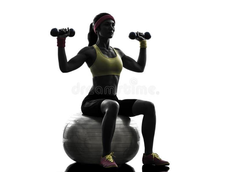Γυναίκα που ασκεί τη σκιαγραφία κατάρτισης βάρους σφαιρών ικανότητας στοκ εικόνα